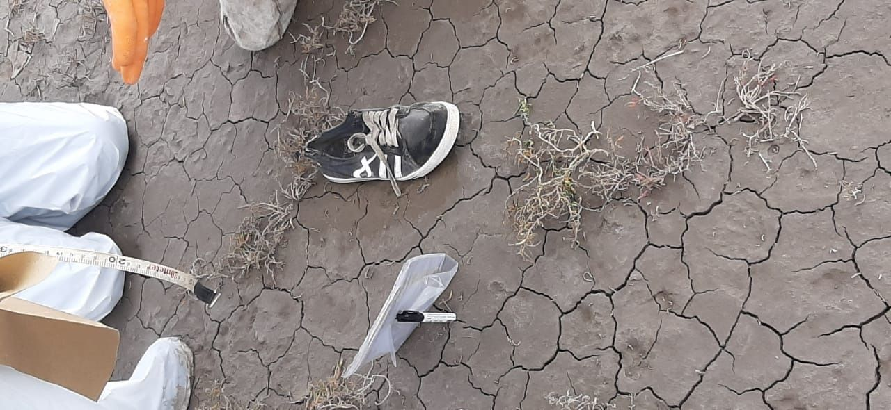La zapatilla encontrada el sábado 15, cerca de donde fue hallado un cuerpo.